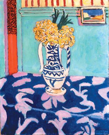 Нарциссы и скатерть в синих и розовых тонах